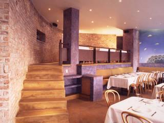 Escalera al mezzanine: Restaurantes de estilo  por Altiplano Arquitectura