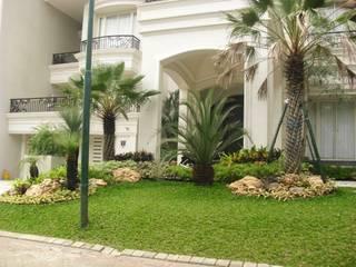 TAMAN TROPIS MODERN:  Taman by NISCALA GARDEN | Tukang Taman Surabaya
