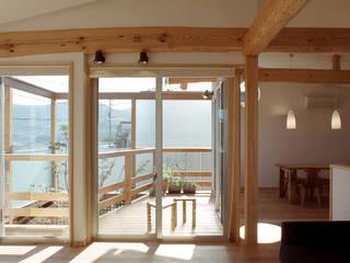 2階 居間からテラス: 竹内建築設計事務所が手掛けたテラス・ベランダです。