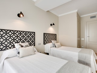 Guest bedroom Markham Stagers Moderne Schlafzimmer Grau