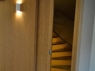 Trappenhuis:  Gang en hal door Bobarchitectuur