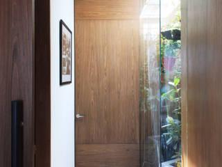 Remodelación Apartamento Echeverry Pasillos, vestíbulos y escaleras de estilo moderno de Contrafuerte Moderno