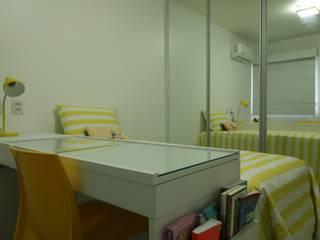 Bancada de estudo também serve como penteadeira: Quartos  por Camila Araújo Arquitetura e Interiores