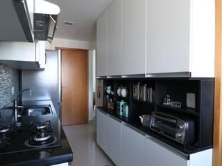 Armários compactos e funcionais: Cozinhas  por Camila Araújo Arquitetura e Interiores