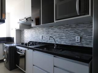 Cozinha Preta e Branca com eletros nos seus devidos lugares: Cozinhas  por Camila Araújo Arquitetura e Interiores