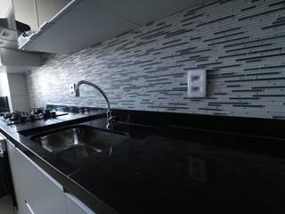 Pastilha retangulares ajudam a alongar o ambiente para parecer maior: Cozinhas  por Camila Araújo Arquitetura e Interiores