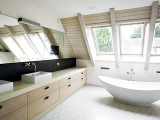 Baño completo:  de estilo  de Soluciones Vima