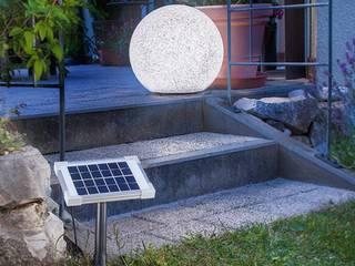 Nächtliche Licht-Gestaltung mit Solar-Leuchtkugeln im Gartenbeet und Teich: modern  von Solarlichtladen.de,Modern