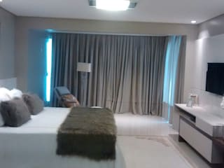 臥室 by Flávia Kloss Arquitetura de Interiores, 現代風