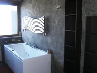 Attico residenziale: Bagno in stile  di Studio Bruno