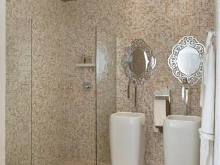 Badezimmer von Karinna Buchalla Interiores, Klassisch Keramik