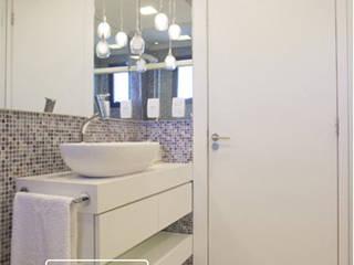 Reforma Residencial | Cozinha | K&L: Banheiros  por UM arquitetura