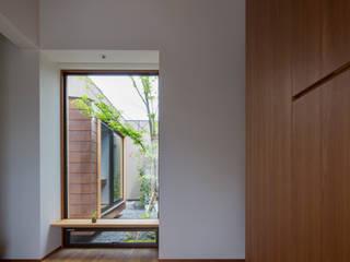みどりの向う側: TRANSTYLE architectsが手掛けた廊下 & 玄関です。