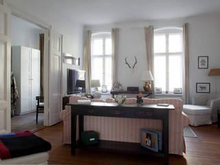 Möblierte Wohnung in Berlin Mitte: klassische Wohnzimmer von Smart Travel - Furnished Apartments in Berlin
