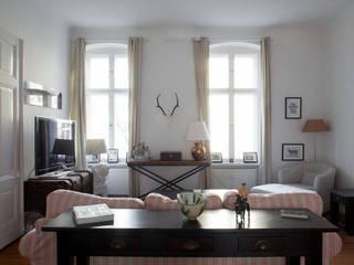 Möblierte Wohnung in Berlin Mitte:  Wohnzimmer von Smart Travel - Furnished Apartments in Berlin