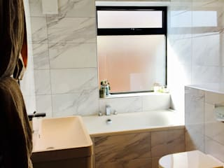 Marble and White famiy bathroom Scandinavian style bathroom by Four Space Designs Scandinavian
