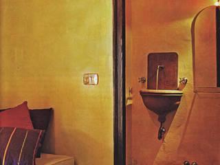 Casolare degli Elfi: Bagno in stile  di Studio Ad.G.G., Rustico