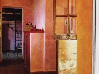 Casolare degli Elfi: Ingresso & Corridoio in stile  di Studio Ad.G.G., Rustico
