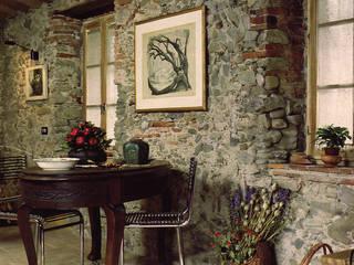 Casa in borgo antico: Sala da pranzo in stile  di Studio Ad.G.G., Rustico