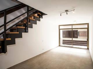 Grupo Inventia Salas de estilo moderno Madera Acabado en madera