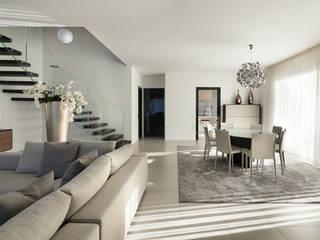 Ristrutturazione attico in città: Soggiorno in stile in stile Moderno di AGA Studio
