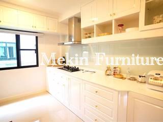 in stile  di Mekin Furniture Hi Gloss Built In
