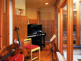 僕の設計した手造り暖炉のある家: 片倉隆幸建築研究室が手掛けた現代のです。,モダン