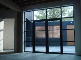 Blik vanuit appartement begane grond op binnentuin:   door Jules Design & Development