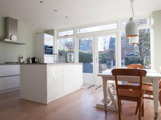 Aanbouw jaren 30 woning:  Keuken door Joolsdesign, Modern