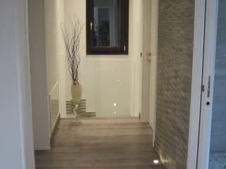 ristrutturazione: Ingresso & Corridoio in stile  di gabriella chillon architetto