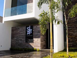 FACHADA : Casas de estilo moderno por Slab Arquitectos
