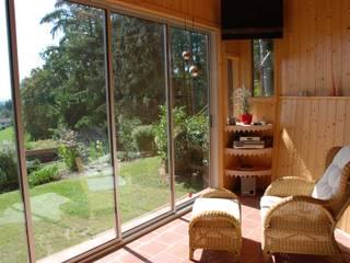 Neher Multiraum® Schiebetüren in ein Holzhaus montiert Schmidinger Wintergärten, Fenster & Verglasungen Rustikaler Balkon, Veranda & Terrasse Aluminium/Zink Metallic/Silber