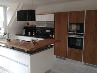 moderne Küche im Dachgeschoß:  Küche von Makowsky