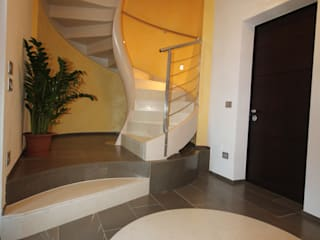 Ingresso al P.T.: Ingresso & Corridoio in stile  di Mariapia Alboni architetto