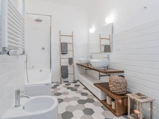 現代浴室設計點子、靈感&圖片 根據 Facile Ristrutturare 現代風