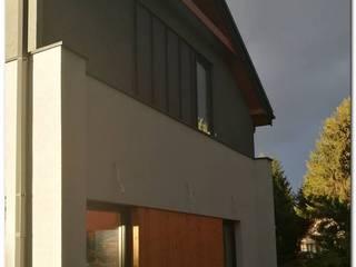 Prosty nowoczesny dom w konstrukcji drewnianej: styl nowoczesne, w kategorii Domy zaprojektowany przez OPS Architekt Maciej Olczak