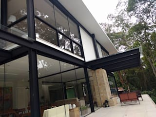 من Carlos Parada & Patricia Parada Arquitetura e Construção حداثي