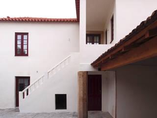 Pátio e entrada: Casas  por Nuno Gouveia, arquiteto