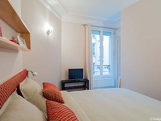 Rénovation et aménagement d'un appartement meublé de 33 m² à usage locatif Chambre moderne par Agence VOLUMES & SURFACES Moderne