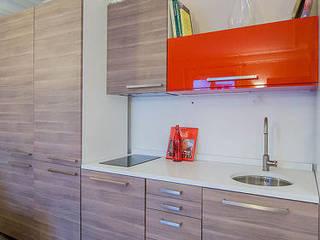 Rénovation et aménagement d'un appartement meublé de 33 m² à usage locatif Cuisine moderne par Agence VOLUMES & SURFACES Moderne