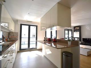 Aménagement d'une cuisine ouverte Cuisine moderne par Agence VOLUMES & SURFACES Moderne