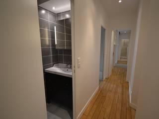 Rénovation et aménagement de salles d'eau Salle de bain moderne par Agence VOLUMES & SURFACES Moderne