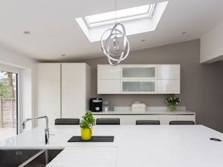 White modern kitchen in Hertfordshire by John Ladbury and Company. Modern Kitchen by John Ladbury and Company Modern
