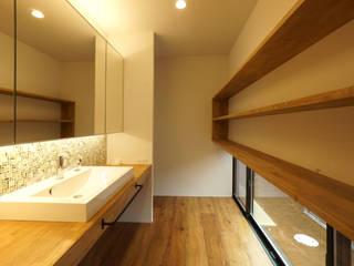 宝塚の家_太陽を取り込む家: 近藤晃弘建築都市設計事務所が手掛けた浴室です。,北欧 タイル