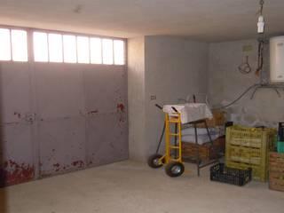 Garage che diventa Soggiorno: Garage/Rimessa in stile  di ENRICO MARCHIARO _ eMsign Studio _ Architettura_Interior Design