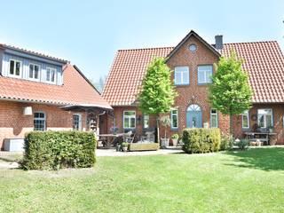 Klassisches Backsteinhaus im Modern Country Style: landhausstil Häuser von Karin Armbrust - Home Staging