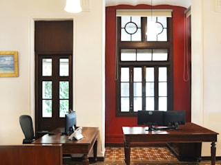 Office at Colaba Colonial style offices & stores by Dhruva Samal & Associates Colonial