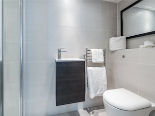 APT Renovation Ltd Modern bathroom