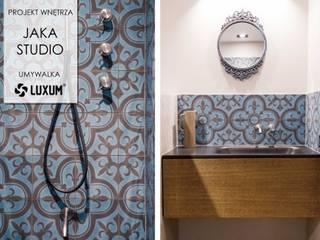 Czarna umywalka z blatem w wyrazistej łazience. Nowoczesna łazienka od Luxum Nowoczesny
