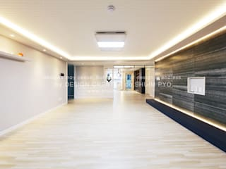 컬러의 균형과 조형적인 아파트 인테리어 48평 모던스타일 거실 by 쉼표디자인SHUIMPYO DESIGN 모던